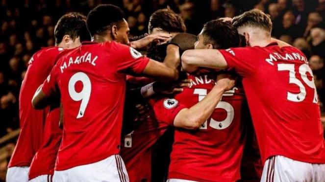 Para pemain Manchester United merayakan gol
