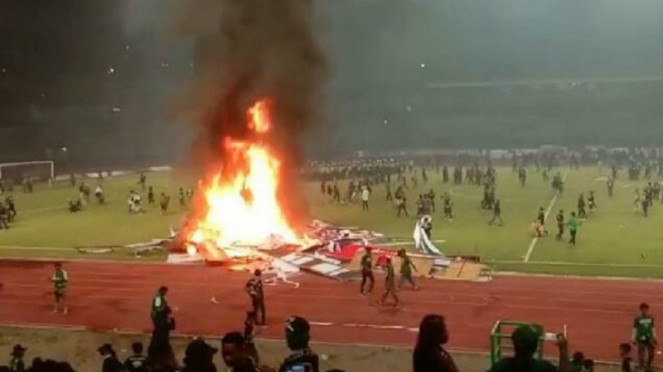 Kerusuhan di Stadion Gelora Bung Tomo usai Persebaya vs PSS Sleman