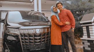 Fairuz A Rafiq dan sang suami, Sonny Septian.