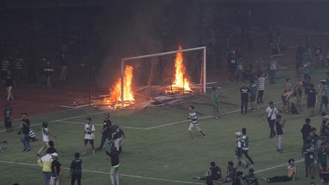 Amukan Suporter Persebaya Setelah Dikalahkan PSS Sleman