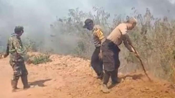 Kebakaran di Gunung Guntur.