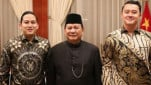 https://thumb.viva.co.id/media/frontend/thumbs3/2019/10/31/5dba5e752e85e-prabowo-bersama-dua-ajudan-ganteng_151_85.jpg