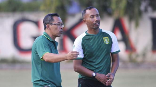 Pelatih anyar Persebaya Surabaya, Aji Santoso (kiri)