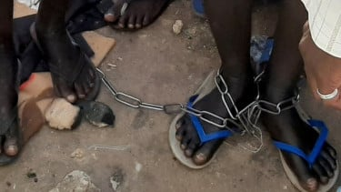 https://thumb.viva.co.id/media/frontend/thumbs3/2019/10/31/5dbacf30bf384-rumah-rumah-penyiksaan-di-nigeria-dengan-kedok-pesantren-dan-pusat-rehabilitasi-seperti-neraka-di-bumi_375_211.jpg