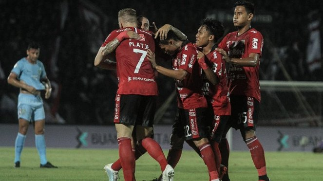 Pemain Bali United merayakan gol ke gawang Bali United