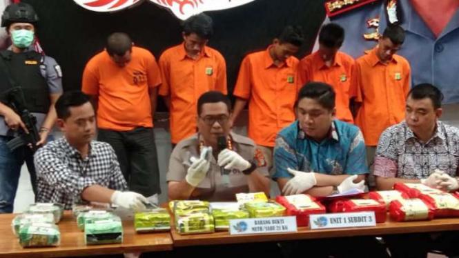 Polda Metro Jaya merilis pengungkapan kasus penyelundupan sabu.