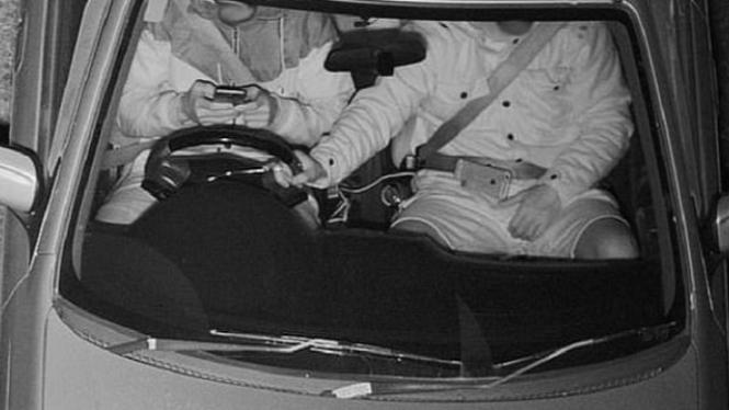 Ilustrasi menggunakan hp saat menyetir.