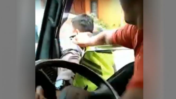 Duel polisi vs sopir ambulance