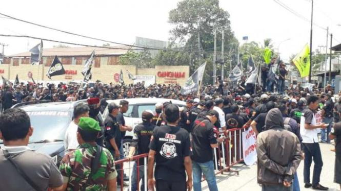 Demo ormas minta jatah kelola parkir minimarket di Bekasi.