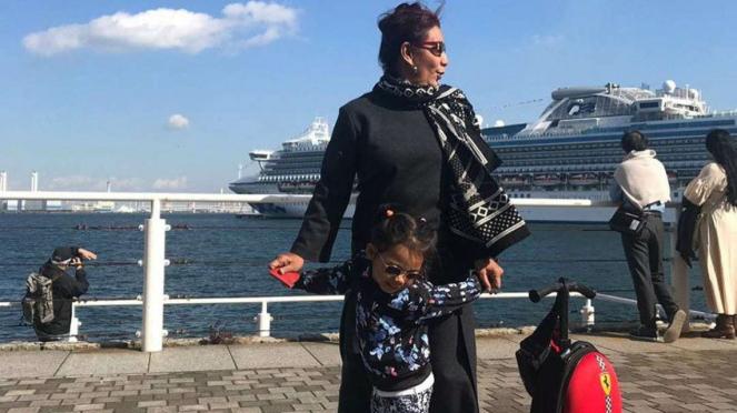 Susi Pudjiastuti dan cucunya Malika berlibur di Yokohama, Jepang.