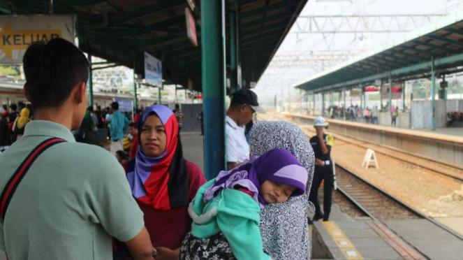 Para penumpang menunggu kereta KRL di Stasiun Manggarai, Jakarta