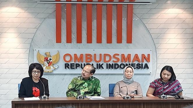 Istri almarhum Munir, Suciwati (kiri) melapor ke Ombudsman