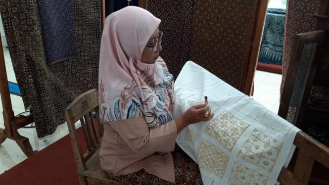 Pembatik di acara 7 Th ASEAN Traditional Textile Symposium di Yogyakarta