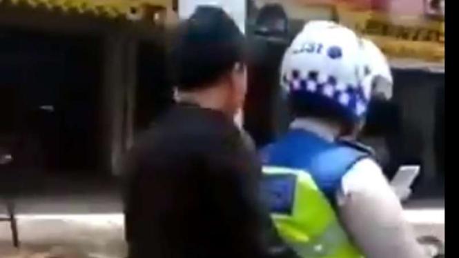 Oknum polisi bonceng tidak pakai helm dan main hape