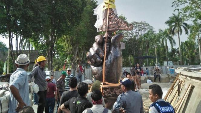 Proses pengangkatan repilka keris siginjai raksasa terbuat dari tembaga murni yang dibuat di Nursih Basuki Art Studio Yogyakarta