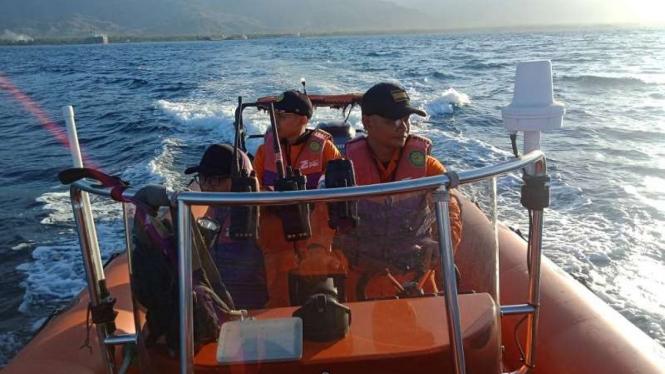 Tim Basarnas mengevakuasi korban kapal terbakar di perairan Laut Jawa