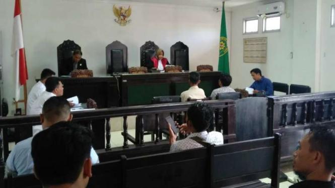 Dua warga Lombok Tengah, Nusa Tenggara Barat, divonis hukuman pidana oleh Pengadilan Negeri Praya Lombok Tengah dalam perkara sengketa lahan sirkuit MotoGP Mandalika pada Rabu, 6 Oktober 2019.