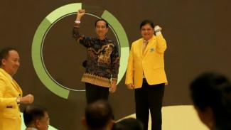 Ketum Golkar Airlangga Hartarto bersama Presiden Jokowi