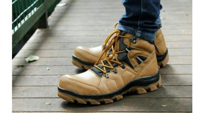Karena sepatu keselamatan memang harus jadi pendukung saat bekerja dalam kondisi yang ekstrim atau berbahaya.