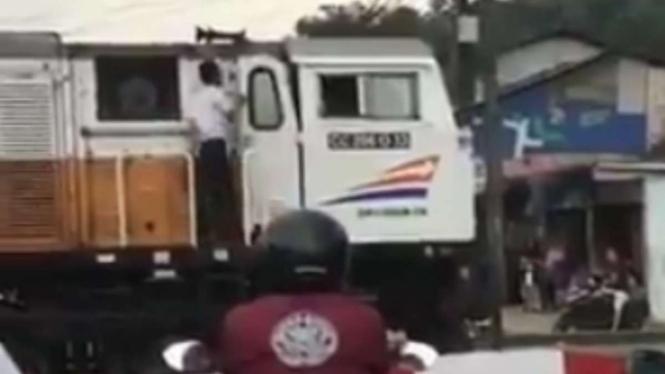 Video viral, asisten masinis turun dari lokomotif dan mampir ke warung.