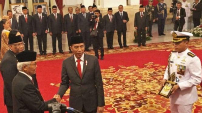 Presiden Joko Widodo berikan penghargaan Pahlawan Nasional di Istana Negara