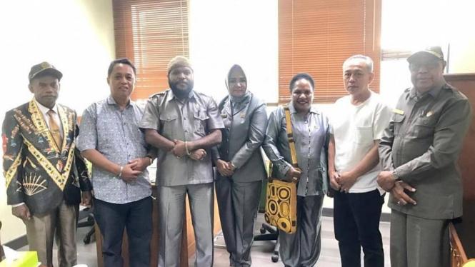 Marthen Douw (dua dari kiri) bersama anggota DPRD Nabire Papua di kantor DPR RI