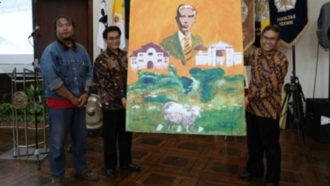 Rektor UGM bersama lukisan Sardjito