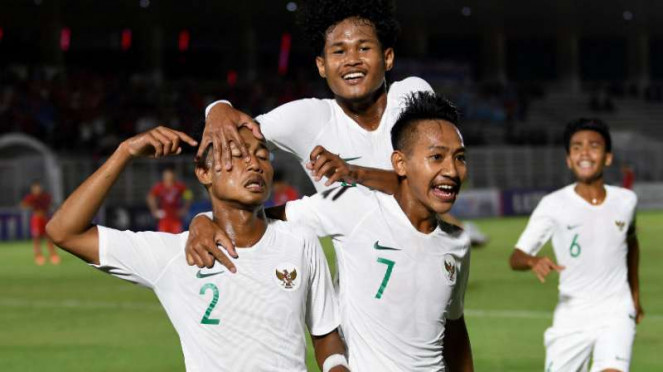 Pemain Timnas Indonesia U-19 rayakan gol.