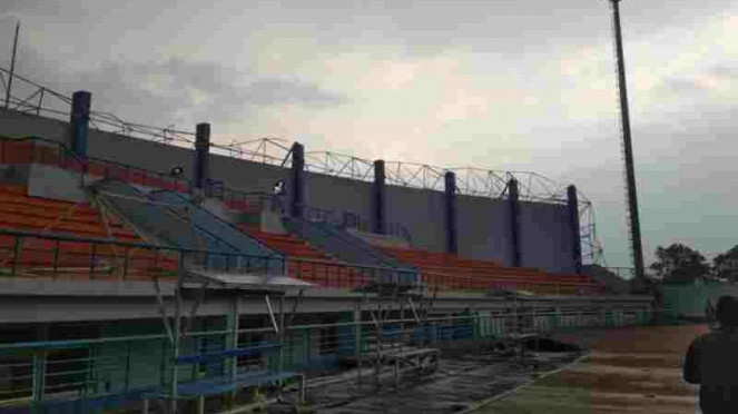 Atap Stadion Arcamanik Bandung Roboh