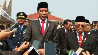Presiden Jokowi dan Wapres Maruf Amin di TMP Kalibata, Jakarta.