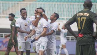 Pemain Persebaya Surabaya rayakan gol ke gawang Tira Persikabo.