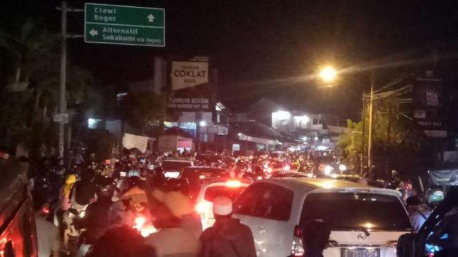 Kemacetan di kawasan Puncak Bogor pada Sabtu malam, 9 November 2019.