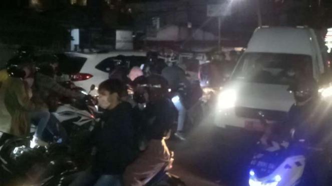 Ambulans terjebak kemacetan di kawasa Puncak Bogor, Sabtu malam 9 November 2019.
