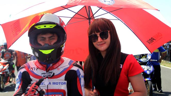 Senyum Manis Umbrella Girl Oneprix Surabaya