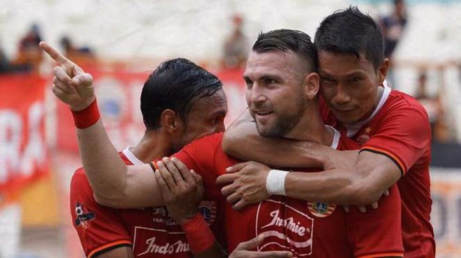 Para pemain Persija Jakarta merayakan gol Marko Simic