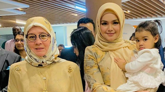 Siti Nurhaliza bersama Permaisuri Malaysia Tunku Azizah