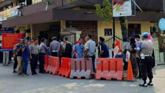 Aktivitas pelayanan publik usai bom bunuh diri di Polrestabes Medan.