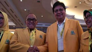Ketua Umum Partai Golkar Airlangga Hartarto bersama Ketua Dewan Pembina ARB
