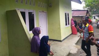 Sejumlah warga berkumpul di depan sebuah rumah kontrakan yang disewa seorang wanita berinisial SA di Kota Binjai, Sumatera Utara, setelah sang penyewa ditangkap Densus 88 pada Kamis, 14 November 2019.