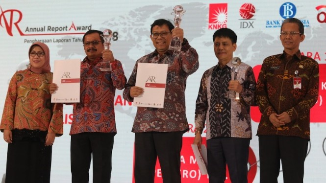 Pemberian Piagam kepada WIKA atas Juara 1 Annual Report Award 2018, Jakarta, Kamis (14/11) malam.