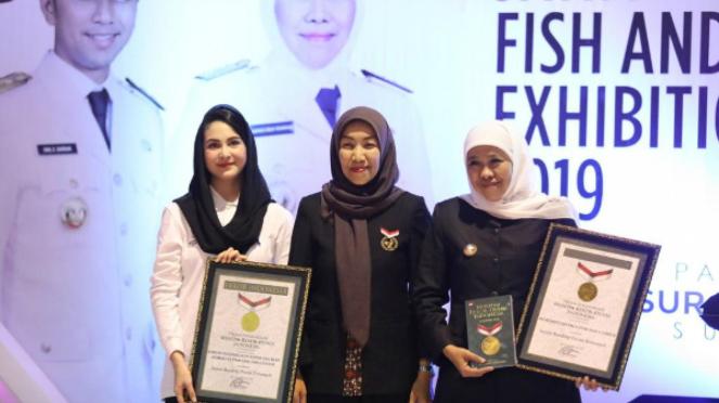 Gubernur Jatim Khofifah Indar Parawansa menerima penghargaan Rekor MURI