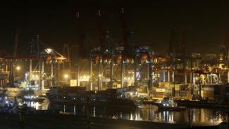 Ilustrasi target pertumbuhan ekonomi Indonesia 2020, Peti Kemas, Pelabuhan