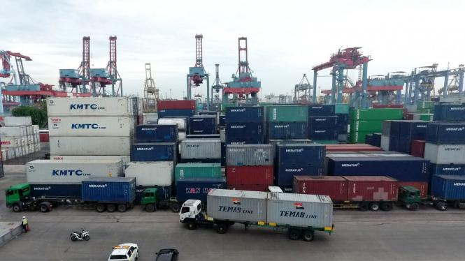 Suasana pelabuhan peti kemas