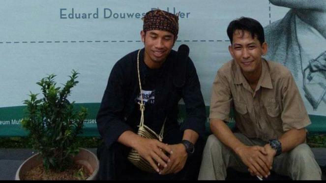 Kepala Desa Warungbanten, Lebak Jaro Ruhandi bersama pegiat literasi
