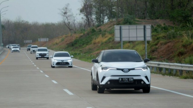 Rombongan Toyota 5 Continents Drive Asia 2019–2020 di Tol Trans Jawa
