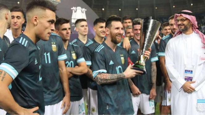 Bomber Argentina, Lionel Messi (tengah) merebut Superclasico de las Americas.