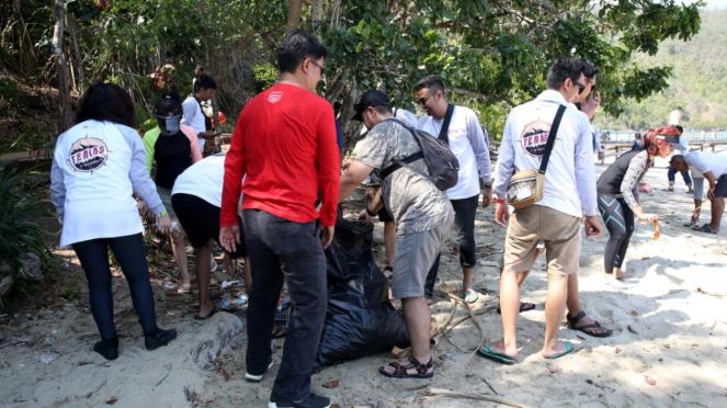 Tim ekspedisi Terios 7 Wonders 2019 membersihkan sampah di Pulau Padamarang