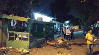 Gardu pos salah satu ormas di Bekasi dirusak saat bentrok terjadi