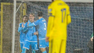 Pemain San Marino rayakan gol.