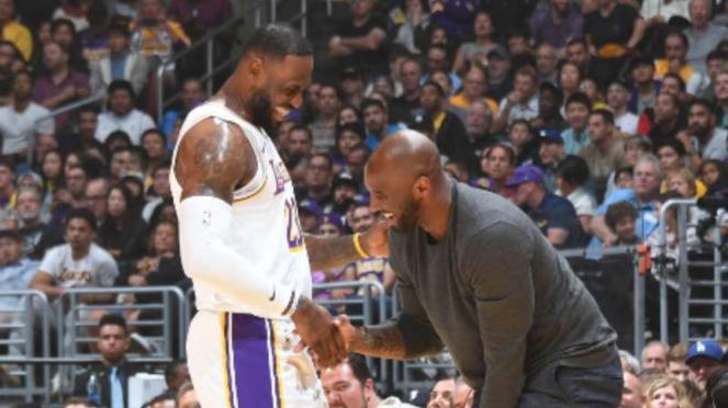 Pemain LA Lakers, LeBron James (kiri) dan Kobe Bryant.
